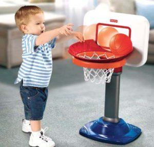 ребенок играет в баскетбол