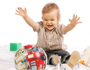 ребенок играет мячом