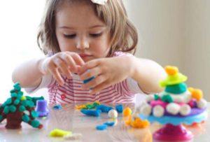 Как и когда начинать заниматься с ребенком лепкой