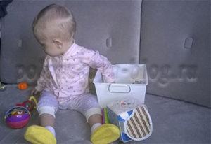 ребенок играет с коробкой