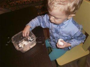 ребенок чистит яичко