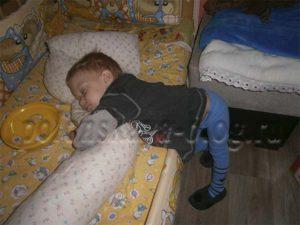 ребенок уснул стоя