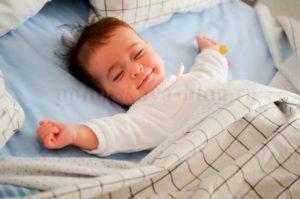 ребенок спит и улыбается