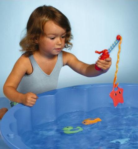 девочка рыбачит