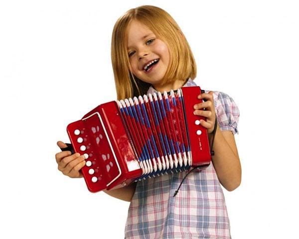 девочка играет на гармошке