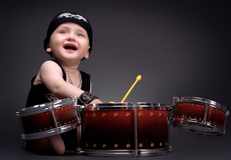 малыш играет на барабанах