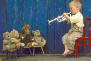 ребенок играет на трубе