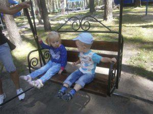 дети на качеле