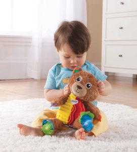 малыш с игрушкой