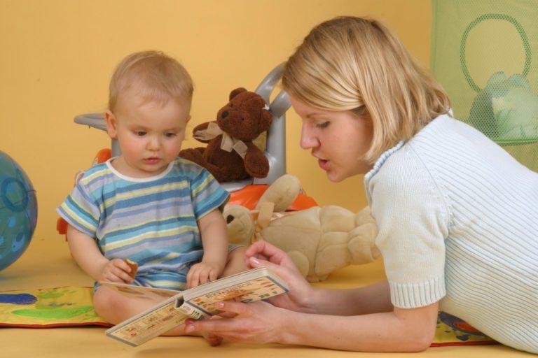 ребенок с мамой читают книгу