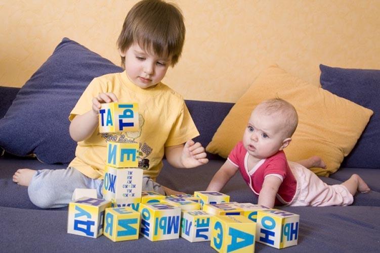 дети играют кубиками Зайцева