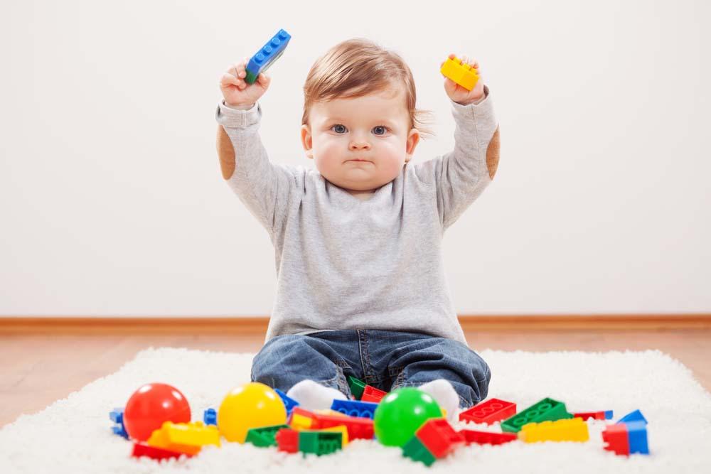 ребенок играет самостоятельно