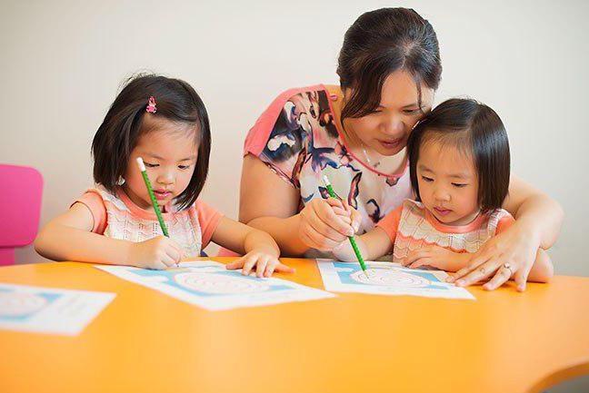 мама занимается с детками в Японии