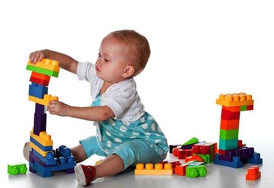 ребенок собирает конструктор