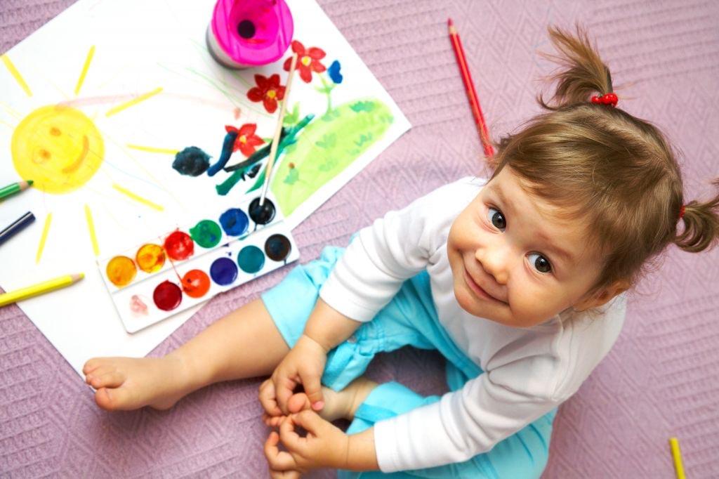 малышка и краски