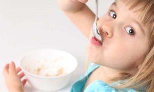 девочка ест кашку