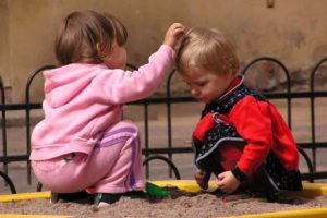 дети в песочнице
