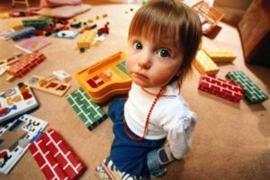 девочка раскидала игрушки