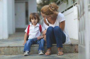 ребенок и мама сидят