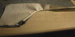 Сшиваю задние части между собой, обметываю на оверлоке. И на правой стороне делаю декоративную двойную настрочку.