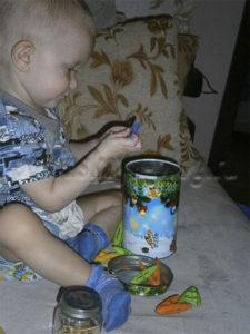 ребенок играет с прищепками