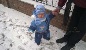 малыш на прогулке
