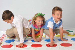 дети играют в твистер