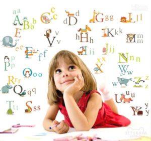 девочка и английский алфавит