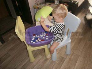 ребенок играет с крышками
