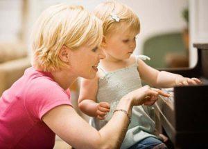 мама учит музыке деточку