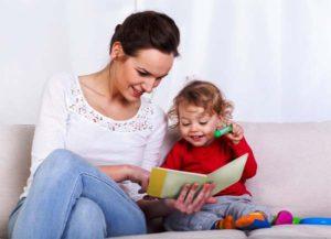 мама с ребенком читают