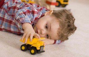 малыш катает машинку