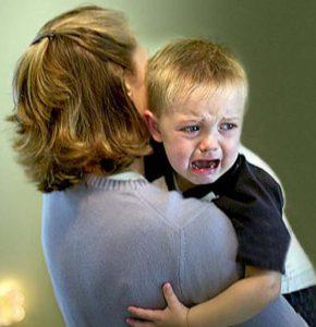 малыш у мамы на руках плачет
