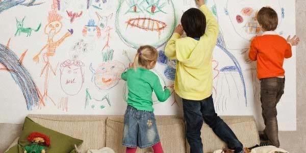 дети рисуют на стене