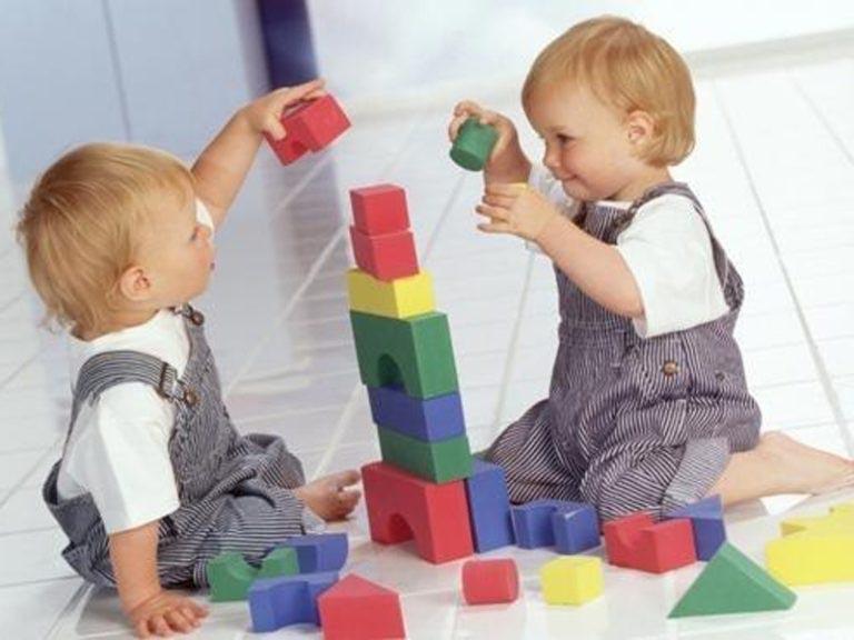 малыши играют в кубики