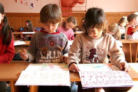 дети рисуют в школе