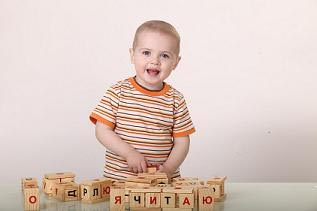 ребенок играет с кубиками чаплыгина