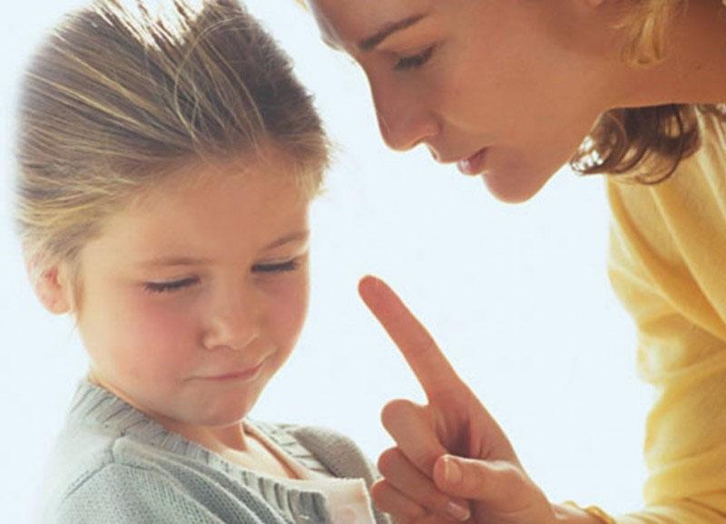 мама объясняет девочке