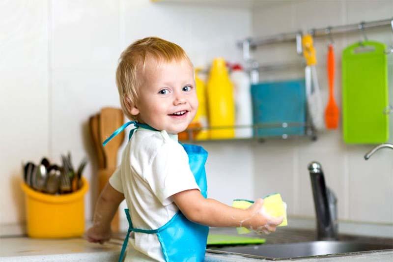 ребенок моет посудку