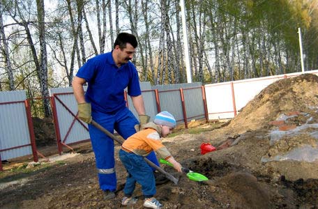 мальчик помогает папе